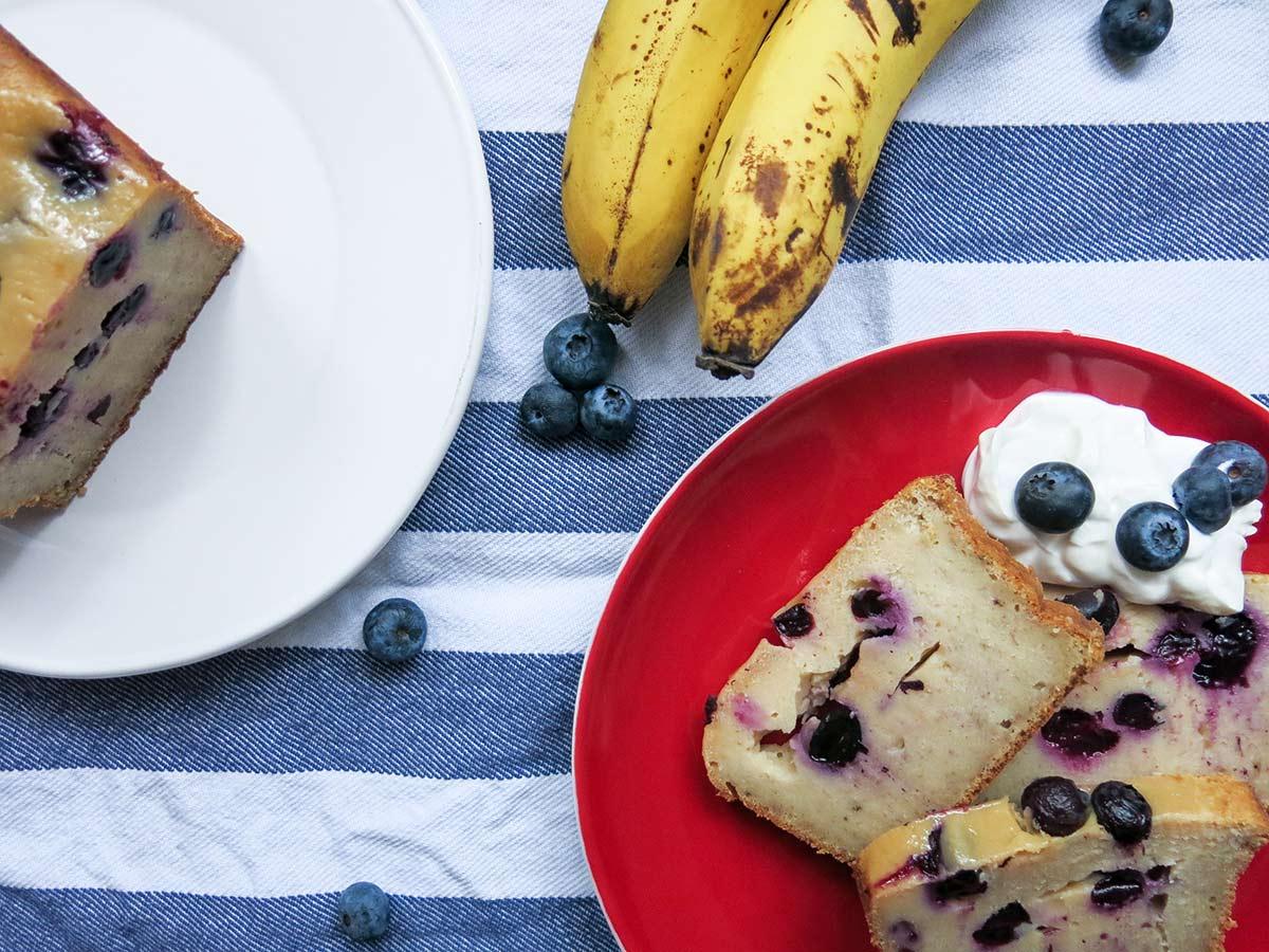 Bananenbrot mit Joghurt und Blaubeeren