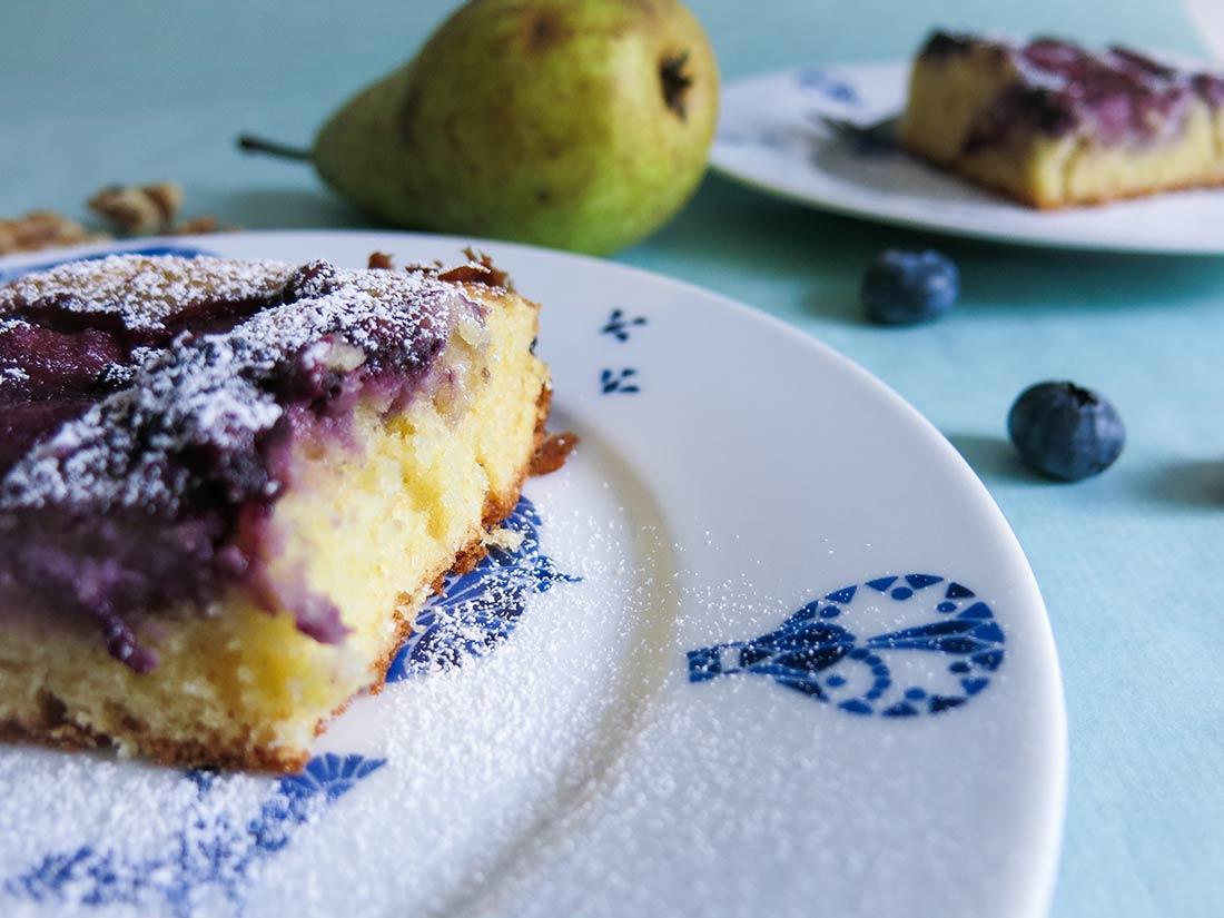 Honig-Birnen-Kuchen mit Marzipan und Blaubeeren