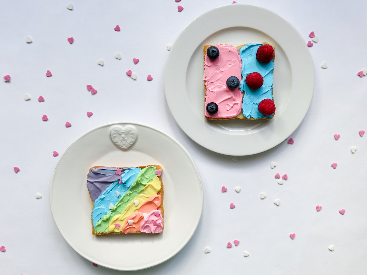 Der Rainbow Toast mit Blaubeeren und Himbeeren