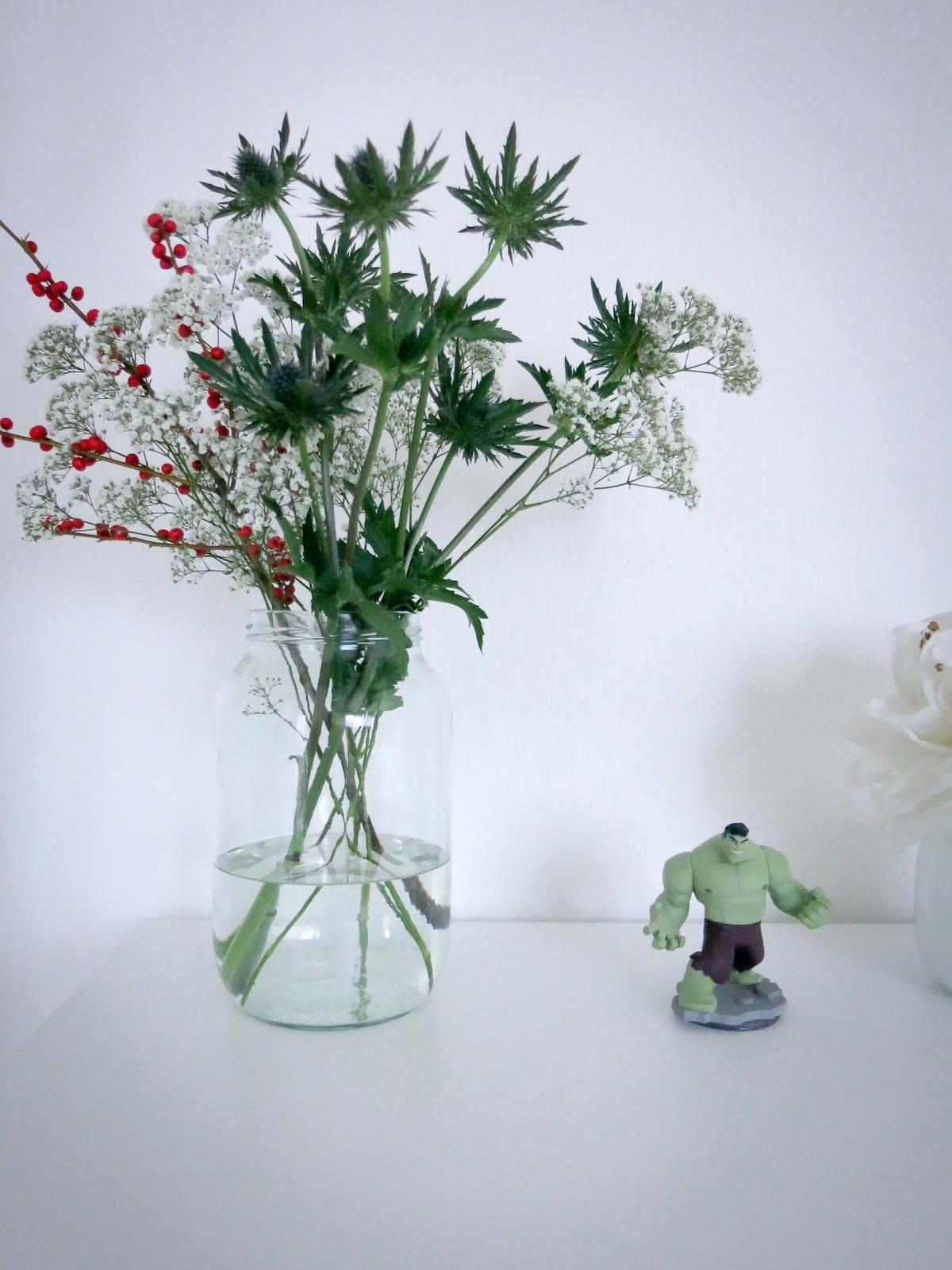 Als Vase für den Winter Blumenstrauß habe ich einfach ein leeres, großes Gurkenglas genommen