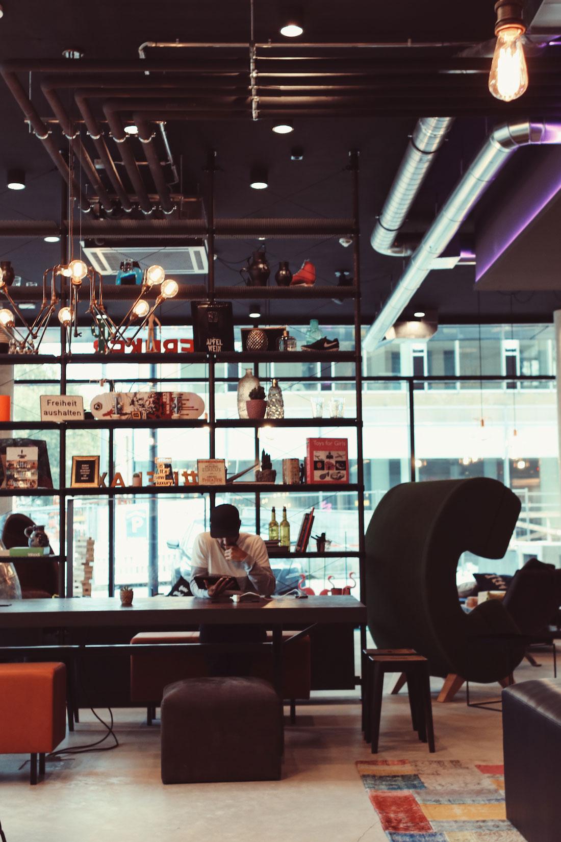 Moxy Frankfurt East. Lounge and Workspace.