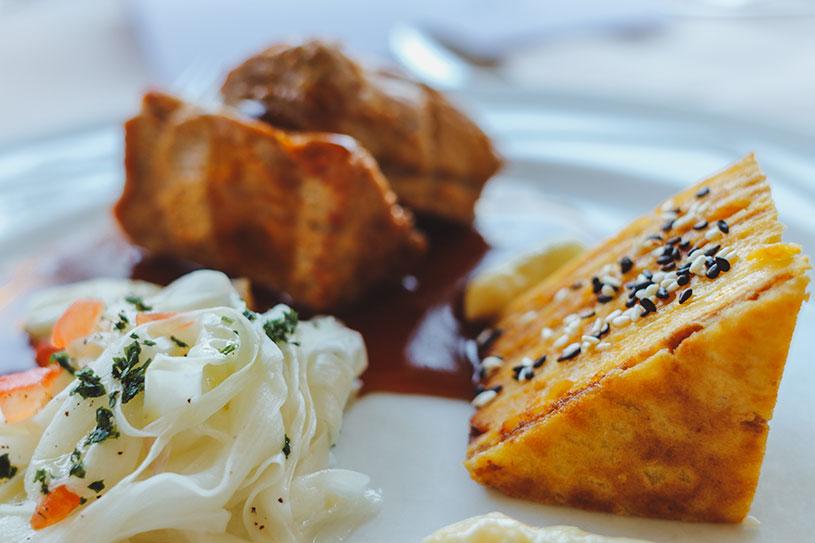 Tandoori Kalbsfilet mit Spargeltagliatelle und Sesam-Kartoffel-Baumkuchen