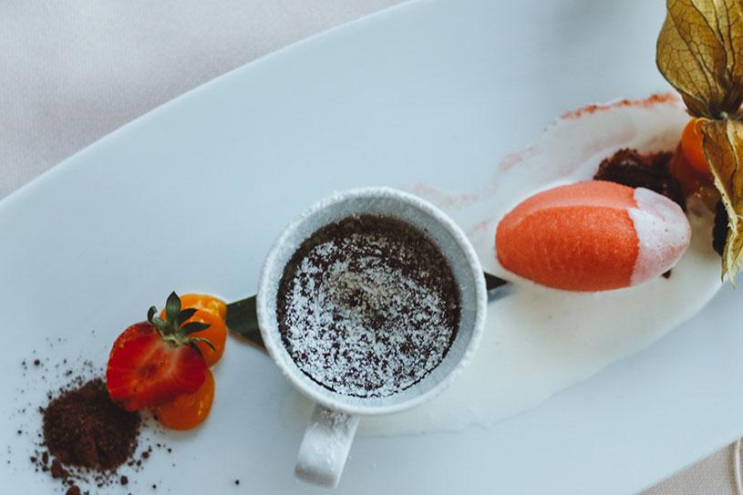 Wassermelonensorbet mit Grappaschaum und Zartbitterschokoladenkuchen