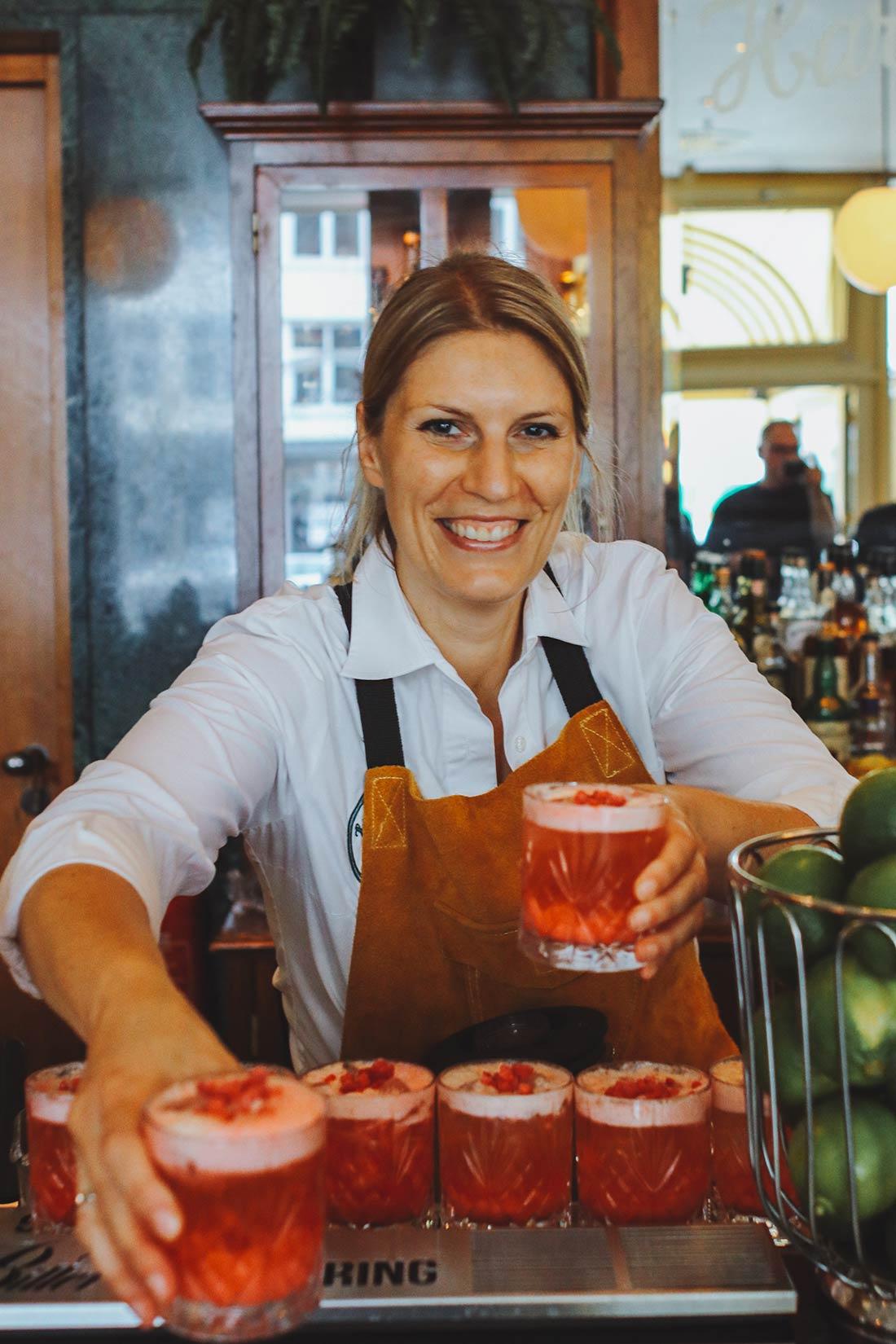 Rike mit ihrem preisgekrönten Signature Cocktail