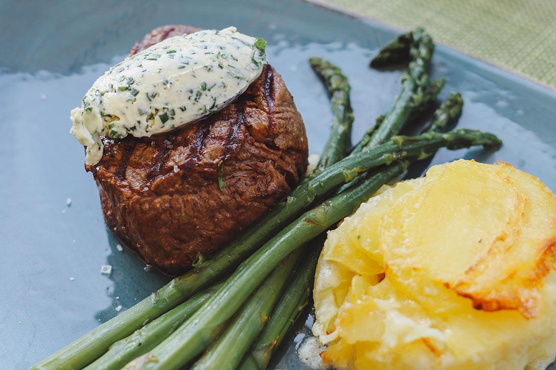 Rinderfilett mit grünem Spargel und Kartoffelgratin