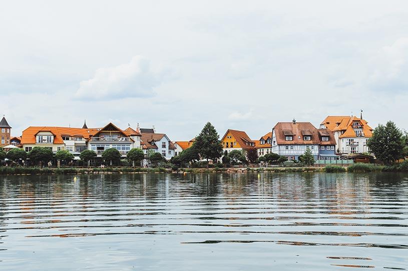 """Das """"Dorf am See"""" vom Wasser aus gesehen"""