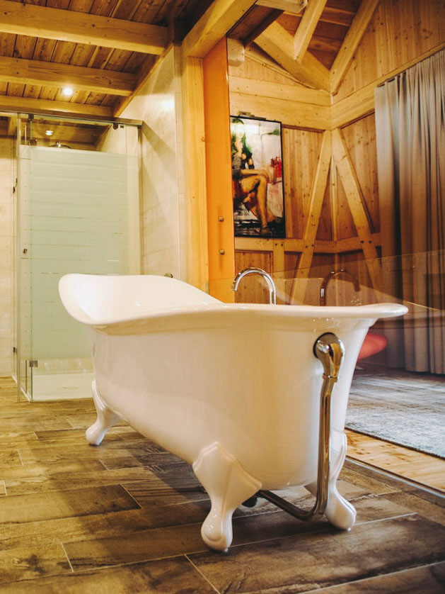 Freistehende Badewanner in der Chalet Suite